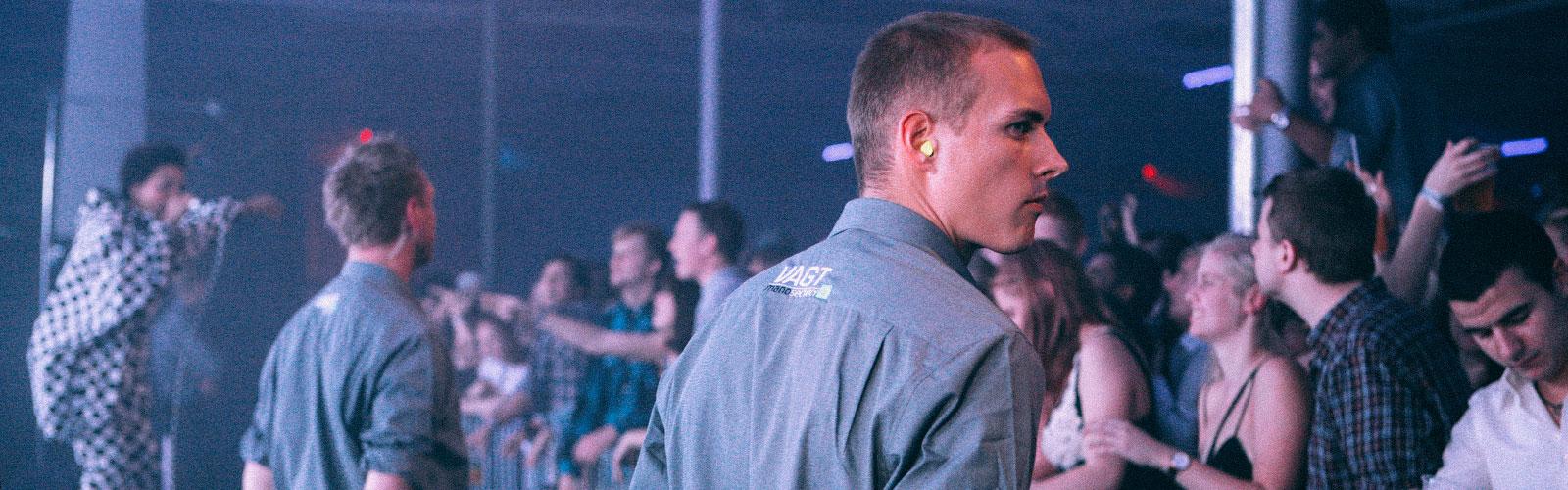 Mano Security vagter der betragter publikum i Øksnehallen til CBS årsfest