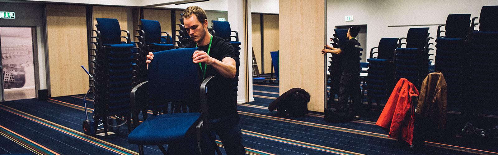 Mano Crew laver opsætning af stole til konference i københavn